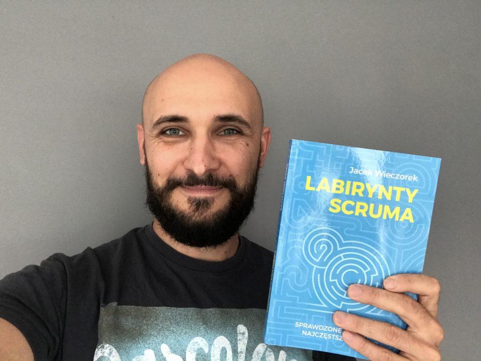 """Jacek Wieczorek ze swoją książką """"Labirynty Scruma"""""""