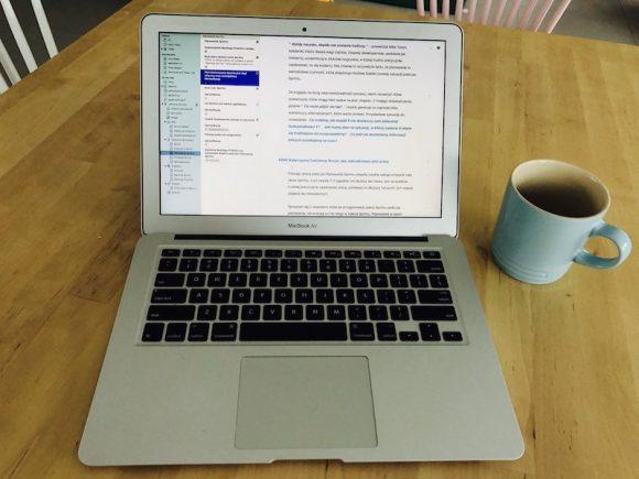 Tak to zwykle wyglądało - laptop, edytor Ulysses oraz kawa. Dużo kawy.